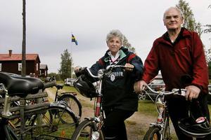 FOTO: KLAS-GÖRAN SANNERMANJuliette och Kjell Lundin står vid Lökagården i Alfta. Kjell är verkligen en veteran i dessa sammanhang. Han har cyklat de flesta Ålslingor.