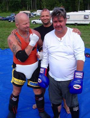 Glenn Wadell, Timrå, gav Mats Olofsson, Östersund, vad han tålde vid den känna på-aktivitet i thaiboxning som erbjöds vid marknaden.– Mats visade prov på god kämpaglöd, recenserade Wadell efteråt.