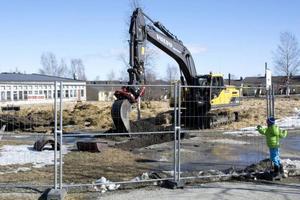 Bygget av Mötesplats Oviken är i full gång. Nu utförs markarbeten i några veckor innan upprustningen och utbyggnaden av den gamla idrottshallen drar i gång.