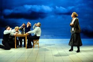 """Lördag kväll kommer Riksteaterns uppsättning av Marianne Fredrikssons kvinnokrönika """"Anna, Hanna och Johanna"""" i dramatiserad form."""