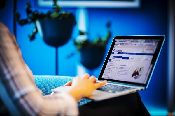 En kvinna använder sig av IKBT, internetbaserad kognitiv beteendeterapi