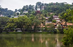 Kandy ligger inbäddat i grönska med omgivande berg.