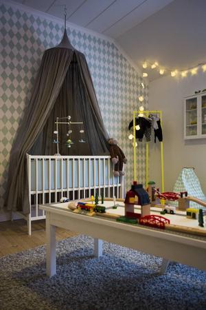 Tapeten och sänghimmeln valdes ut i förväg. Efter det har rummet vuxit kring det.