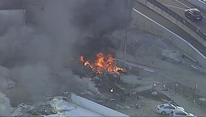 Svart rök bolmade upp och motorvägen bredvid köpcentret stängdes av efter kraschen.
