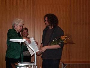 Jan Teeland överlämnar stipendiet till Anders Thelin. I bakgrunden Kirsen Junge-Stevnsborg, chef för Konstcentrum.