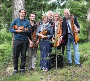 Sahlströmarna uppträder från scenen 12.30 under stämman. Från vänster - Esbjörn Hogmark, Olle Sahlström, Kristin Sahlström, Håkan larsson, Sonia Sahlström  och Sigurd Sahlström.