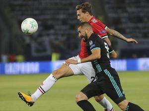 Victor Nilsson Lindelöf, här i kamp med Real Madrids Karim Benzema, är med i Uniteds matchtrupp inför mötet med Swansea.