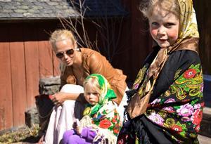 Förväntan. Snart ska Nea Nordberg gå i påskparad tillsammans med lillasyster Moa och mamma Johanna.