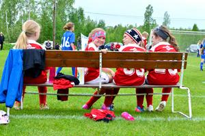 Sundborns flicklag, födda 2007/2008 tog säsongens första seger när man besegrade lokalkonkurrenten Svärdsjö i ett prestigeladdat derby. Att spela fotboll är kul tycker Elsa Norman (rosa pannband),