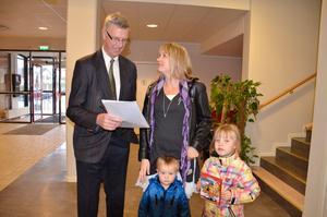 Namnlistor för 30 vid Tummeliten. Sofia Engstam med barnen Emil och Emelie lämnar namnlistor till Henrik Hult.
