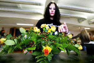 Sandra Fridh i djup koncentration över blommornas placering.