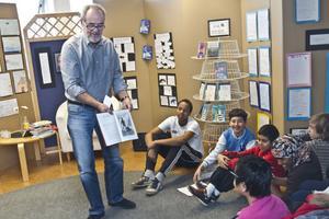 Författaren Bo R Holmberg pratade bland annat om vittror med eleverna på Nynäs Montessoriskola. I publiken fanns bland andra Sheriff Abdi, Ibrahim Obeyd och Amar Jabbar.