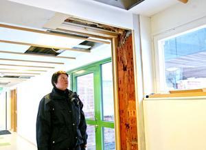 Delar av taket och väggarna har rivits för att komma åt läckorna.