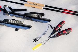 Säkerhetsutrustning är ett måste när man ger sig ut på isen. Foto: Jonas Classon