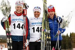 Glada medaljörer efter damernas tremilslopp: Charlotte Kalla tog guldet med Emma Wikén, till vänster som tvåa och Sofia Bleckur trea.