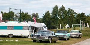 Runtom på campingen hissas amerikanska flaggor inför bilfesten där amerikanska vrålåk står i centrum.
