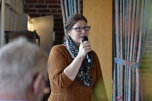 FELLINGSBRO. Kommunens avgiftshandläggare Jenny Fägerås berättade om avgifter och svarade på frågor.