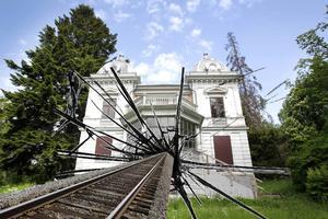 Villa Sjötorp står i vägen för det planerade järnvägsspåret. (Bilden är ett montage)