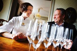 En champagneskål för nytt samarbete.