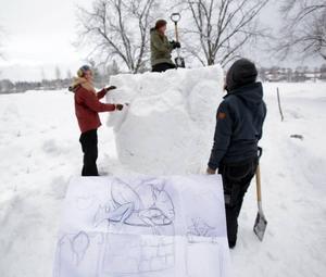 Från ett stort snöblock till väsen som klättrar upp ur en brunn där det också finns tulpaner. Det var trädgårdsmästarprogrammets plan för skulpturtävlingen på Wij trädgårdar.