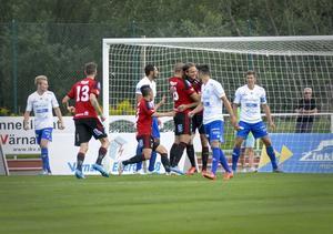Emir Smajic gratuleras efter sitt mål som betydde 1–0 till ÖFK.