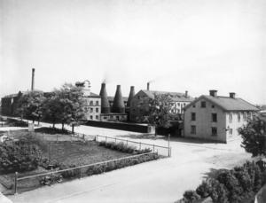 De tre skorstenarna var också porslinsföretagets logotyp från 1930 till 1962.