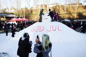 Den gigantiska snögubben blev en publikfavorit bland barnen.
