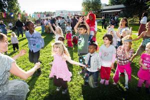 Hannah Gustafsson Klasson från Kulturskolan sjöng och dansade med barnen på flera språk. Hon kommer tillbaka till Lillberget under en satsning på rytmik med internationell inriktning.