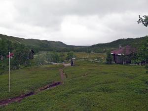 Skyltarna har placerats ut på väl valda platser mellan Vallbo och själva Pyramiderna. Här i Issjödalen sätter Wictoria Wadman upp en av dem. Stugan till höger tillhör kungahuset.