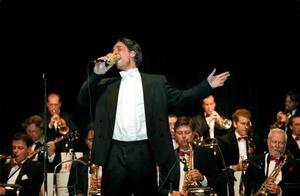 1998 gjorde en ung Oskar Bly ett gästspel med Whispering band. Nu finns planer på en längre gemensam turné. De första två konserterna äger rum på Strömpis, i kväll lördag och på onsdag 15 oktober.