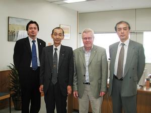 Preparerad. Ryuichi Kobu, längst till höger, var väl förberedd inför mötet med Sveriges infrastrukturminister för att informera om förutsättningarna för en ökad trähusexport från Dalarna till Japan. På bilden syns också undertecknad tillsammans med ytterligare två personer i ledningen för Sweden House i Tokyo.