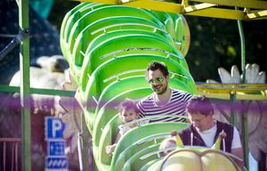 Bästa karusellen är den gröna ormen som ringlar fram, det tycker i alla fall Tilde Andersson som åker med pappa Markus.