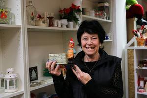 Marianne Karlsson på Ria Second hand visar upp en populär tomte.    – Ju äldre de är desto snabbare blir de sålda, säger hon.