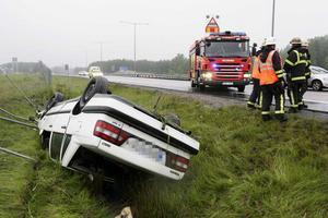 11 juni 2009. En personbil kör av vägen och voltar ner i ett dike vid Hällamotet på E 18. Föraren, en 31-årig man, får lindriga skador. Foto: Kenneth Hudd