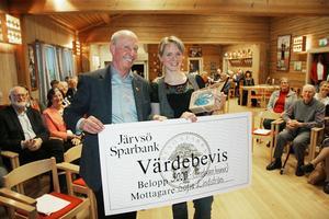 Sofia tar priset. Järvsö hembygdsförenings avgående ordförande Lars Eric Ericsson delade ut årets kulturpris till Sofia Lindström, den nya generationens hembygdskämpe.