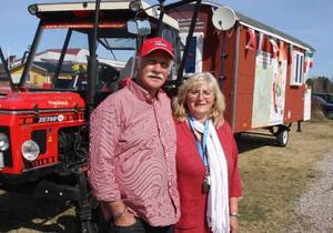 I sex månader kommer Barbara och Dieter Christian Ochs att färdas på vägarna i Europa med traktor och vagn.