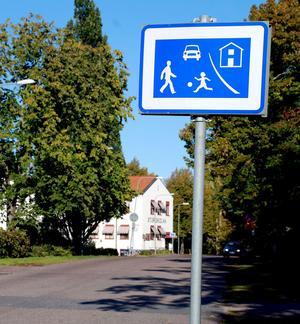Inom gångfartsområde sker all trafik på gångtrafikanterna villkor, och ingen, inte ens cyklister får färdas snabbare än gångfart.