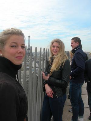 FOTO: MARGARETA ZAKRISSONMatilda Häggblom, Olivia Lundin och Lukas Lindh på Triumfbågens tak, med Eiffeltornet i bakgrunden.