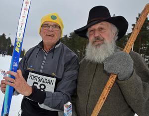 Conny Appelkvist från Borås och Gustav Vasa vallasnackar inför starten i det nollgradiga föret under Postskidan: – Conny gör rätt som väljer universalklister på sina moderna skidor, säger Gustav Vasa alias Nisse Nyström, Mora.