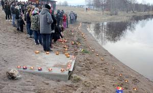 Vid Bodaåns strand samlades hundratals personer för att ta farväl.