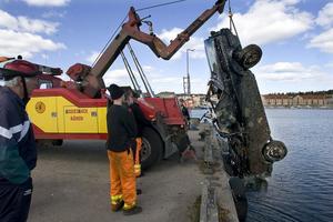 Vid hamnrensningen hittades en svart Golf i vattnet.