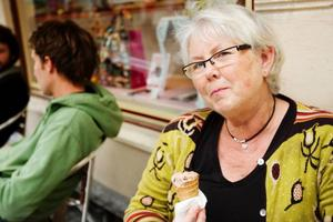 """""""Jag höll på och få ett blodsockerfall, då måste man unna sig något och nu passar jag på att sitta här och njuta och titta på folk lite. Det blir bara några få gånger per år som jag äter glass"""", säger Berit Berglund, som tar hälsolarmet med ro."""