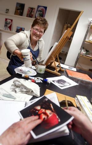 Annika Juhlin har gått flera målarkurser tidigare, men nu när hon lärt sig skiktmåleri tycker hon att det börjar lossna.