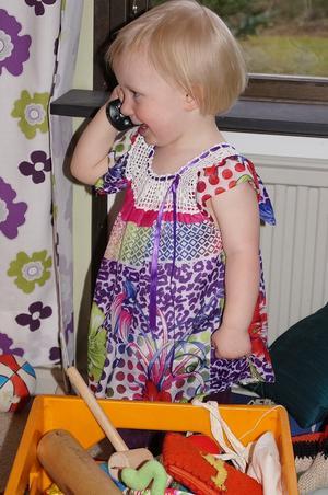 Alice fyllde 2 år och familjen firade men en morbror fattades. Vi fick höra  henne låtsasprata med honom om att åka bil till henne.