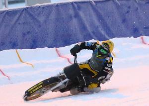 Ove Ledström, det nya stjärnskottet i svensk isracing, glänste i flera heat i Strömsund. Han slutade delad trea på elva poäng.