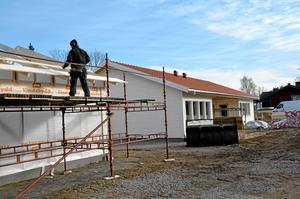 Växer fram. Bygget av parhusen pågår för fullt på Trädgårdsvägen. Senast i juni är det dags att flytta in.