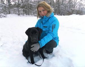 """Hund-tv. Skådespelerskan och hundinstruktören Claudia Galli leder ett nytt program där familjer ska få hjälp med att hitta en hund. """"Jag tycker att det är intressant och viktigt med samspelet mellan människa och hund. Det viktigaste för mig här är att det finns kärlek och en genuin vilja att skaffa hund"""", säger hon."""