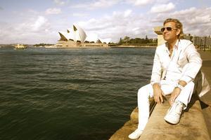 Härifrån till Gävle. Joe Labero bor numera i Australien, här framför Operahuset i Sydney, men tänker fortsätta med turnéer i Sverige. Den 8 oktober kommer han till Gävle.