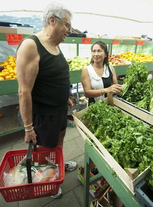 Lars-Olof Södergård och Duang Dueng Sudadet är ute efter både frukt och grönsaker.