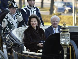 Drottning Silvia och kung Carl Gustaf anländer till fredagens konsert på Nordiska museet i Stockholm arrangerad av Kungliga Operan och Stockholms Konserthus med anledning av kung Carl Gustafs 70-årsdag.